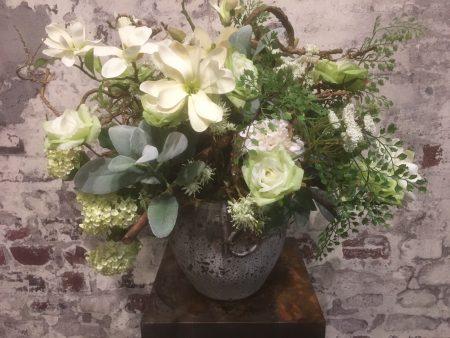 Wit Groen zijde arrangement op aardewerk pot